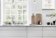 Vergeten details in de keuken: de plint / Veel mensen schenken niet direct aandacht aan de toe-kick (de plint onder de keukenkasten). Bekijk wat deze plint voor effecten kan hebben op het interieur van je keuken.