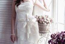 Короткие свадебные платья / Все еще очень мало невест выбирает короткие свадебные платья. Традиция требует, чтобы свадебное платье было длинным и томным, а невеста выглядела в нем как ангел… Однако, дизайнеры смело предлагают все короче свадебные платья — не менее красивые, а даже более оригинальные.