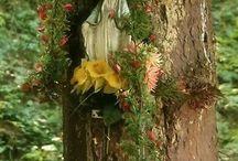 Virgen en jardín