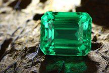 Bijoux en Émeraudes / Découvrez de superbes bijoux pour homme et pour femme sertis de véritables Emeraudes aux meilleurs prix.