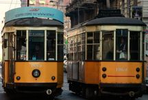 """Tram 1, Milano / Vi consigliamo iniziare il percorso sul vostro tram 1 dalla fermata di Stazione Centrale. Arrivati in zona però, aspettate un attimo prima di salire a bordo! Avete davanti la """"quasi"""" più famosa stazione ferroviaria d'Italia."""