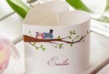 Platzkarten für die Hochzeit / Tischkarten gibt es in allen möglichen Formen und Farben. Hier ein paar Inspirationen für eure Hochzeit.