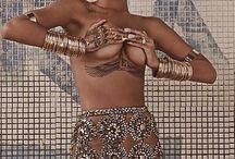 Tatuagem sob os seios (Underboob Tattoo) | 25 Fotos que vão além da tendência. / Tatuagens femininas localizadas sob os seios, estilo black work, pontilhismo, aquarela, old school e fine line.