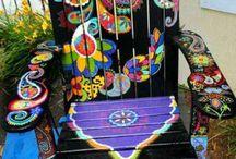 Вручную расписанные стулья