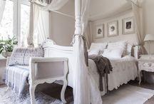 Stylowe, eleganckie sypialnie / #sypialnie pełne inspiracji #dodatki w stylu prowansalskim  #miękkie poduszki #przytulna pościel #ciepłepledy #uroczezasłony