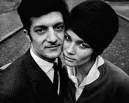 Josef Koudelka / Je fotograf narozený v roce 1938, jehož snímky z příjezdu vojsk Varšavské smlouvy v roce 1968 obletěly celý svět. Formálním vzděláním byl leteckým inženýrem - této profesi se věnoval mezi lety 61-67. I v tomto období fotograval - převážně divadelní představení. Fotografie z invaze v roce 68 byly propašovány do zahraničí pod pseudonymem P.P. (Prague Photographer). V roce 1970 odešel do Velké Británie  a později se přestěhoval do Paříže. V emigraci vytvořil cyklus Cikáni a Exily.