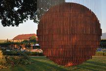 Etienne Krähenbühl / Originaire de Vevey (Suisse) et formé à Paris et Barcelone, Etienne Krähenbühl a deux axes favoris d'exploration des états de la matière. L'un part des jeux du temps et de l'eau sur le fer, l'acier ou même le papier, l'autre s'inscrit dans la nouveauté par l'usage de matériaux inédits tels que les alliages mémoire de forme ou alliages super élastiques en nickel-titane.