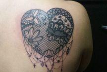 idee tatouage coeur pour femme / Modèles de tatouage coeur. Retrouvez sur chaque epingle des motifs differents et la signification de ces tattoos sur tatouagefemme.eu