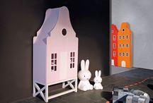 Dijk van een kast voor babykamer of kinderkamer / De Durgerdam is een unieke kast genoemd naar het dijkdorp Durgerdam ten noordoosten van Amsterdam. Kenmerkend voor dit kast model zijn de twee deuren voorzien van grote ramen en het open onderstel. De indeling bestaat uit twee legplanken met als optie een kledingroede.