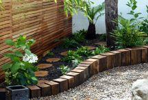 Dřevěná zeď v zahradě