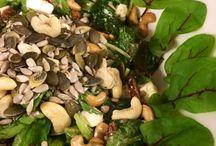 SE täydellinen / Pääruoka 7: Se täydellinen salaatti. Kahta erilaista salaattia, rucolaa ja jotain, ihan sama mitä koska se niiiiiin sopii tähän salaattiin! Lisäksi aurinkokuivattua tomaattiaa ja fetaa. Päälle vielä vähän pähkinöitä ja siemeniä sekä aurinkokuivattujen tomaattien öljyt. Näin syntyy Se täydellinen salaattia. Ja täydelliset salaattikuvat!