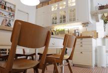 IKEA COZINHÄ / Uma cozinha é um lugar de partilha. É um lugar para conhecer melhor quem se senta do outro lado da mesa. É um lugar que aproxima, que junta, que liga. Foi isso que nos levou a criar este projeto: 2 casas reais de 2 clientes IKEA. O que lhes propusemos foi uma cozinha de sonho em troca de receber em sua casa 55 membros IKEA FAMILY totalmente desconhecidos - e ver até que ponto a sua nova cozinha os consegue juntar e transformar. Vamos jantar dentro? / by IKEA Portugal