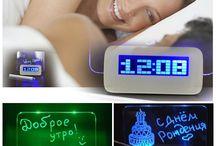 светящийся будильник с доской для записей / Компактные электронные часы всегда точно покажут не только время, а так же температуру, дату, можно установить таймер и настроить одновременно несколько будильников! Дисплей с подсветкой придает часам необычный, современный облик. Часы эффектно смотрятся в любом затемненном месте. Оставляйте записи на модном LED-дисплее, удивляйте близких веселыми посланиями!
