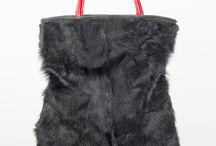 Borsa in pelliccia murmel russo / La Connie è una deliziosa borsa in pelliccia murmel russo. Con manici a mano in pelle lucida rossa. L'intera borsa, realizzata con tecniche artigianali. Senza fodera. Clicca qui per acquistarla: http://www.borsemami.it/shop/it/home/86-borsa-connie.html?search_query=connie&results=1  Dimensioni: 36x40 In omaggio con questa borsa, uno stupendo portachiavi.
