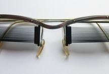 zeldzame lamellenbril jaren 1950 / Deze glasloze bril is geen 'fun' item, maar een serieuze, kleine experimentele productie van hoge instrumentmakerskwaliteit.  De werking is te vergelijken met Luxaflex, met dit verschil dat de lamellen van de bril niet beweegbaar zijn. Met deze bril wordt de lichtinval afgezwakt door de beweging van het hoofd.   Nederlands patent; rond 1950   Uiterst zeldzaam en uniek model in mooie conditie, compleet met het originele bijbehorende doosje en originele gebruiksaanwijzing.