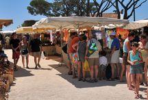 Les Marchés / Vivants, colorés, pittoresques et parfumés, ils se plantent chaque semaine sur la place principale du village.Les marchés de Provence évoquent la saveur des vacances et les senteurs mélangées des meilleurs produits du pays : légumes, fromages fermiers, fruits gorgés de soleil venus des champs et des vallées voisines.Venez donc les goûter! http://www.bormeslesmimosas.com/fr/agenda/marches.php