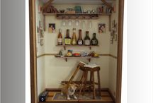 QUADRO PERSONALIZADO BAR COM CACHORRO / Tamanho: 20 cm Largura x 10 cm Profundidade x 30 cm Altura. Em mdf laminado com Embuia. Uso de brinquedos infantis como garrafas , copos e cachorro, com outros reciclados de aparelhos eletrônicos, relógios e bijuterias. Criação e impressão digital personalizada para quadros, livros, jornal, rótulos e fotos pessoais. Interior em madeira balsa com caixa simulando de vinho - SAFRA ESPECIAL - com mensagem personalizada dentro. Vidro frontal embutido por canaleta.