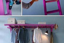 Escalera transformada para colgar ropa en perchas