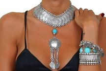 - e' ler / Dilara Giderler tarafından yaratılan Layers by d-lara markası altında üç farklı koleksiyon yer almaktadır. Kadınların farklı ruh halleri ve stillerinden yola çıkılarak hazırlanan - i' ler, - e' ler ve - den halleri' koleksiyonları her ayrı zevke hitap edebilmesi amaçlanan modellerin bir araya getirilmesiyle oluşturulmuştur. www.layersbydilara.com