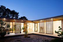 Villa Håkansson- Tegman / Enplansvilla i Höllviken. Huset är format i vinkel runt en inre trädgård och har sin utgångspunkt det traditionella danska atriumhuset.   Johan Sundberg Arkitektur i samarbete med Mattias Andréasson, BAARK. 2009.