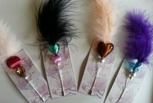 broches con pluma