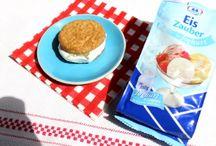 Eiscreme Sandwiches / Eis im Hörnchen und Eiswaffeln sind uns schon seit der Kindheit vertraut. Gute Eissorten haben auch oft Kekse im Eis. Eis und Kekse gehören somit schon länger zusammen und harmonieren großartig, daher ist der Trend Eiscreme Sandwiches nicht verwunderlich und eine köstliche Abwechslung für das sommerliche Kaffeetrinken draußen. #IceCreamSandwiches