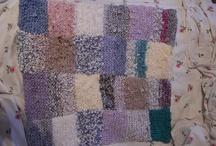 Tyynynpäällinen / Ensimmäiseksi työksi syksyllä tein tyynynpäällisen. Tein sen erilaisista  tilkkupaloista suurilla puikoilla neuloen. Värimaailmaksi valitsin erilaisia violetin- ja sinisävyisiä kankaita. Neuloin pienempiä paloja, jotka lopulta ompelin yhdeksi suureksi palaseksi. Tyynynpäällisen tästä neulotusta osasta sain ompelemalla kauluspaidan sen toiselle puolelle. Kinnitykseksi tuli nepparirivistö.