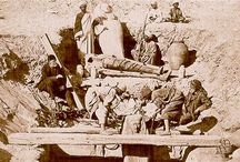 Mastaba tumba en Saqqara (Pineado) / This 19th century photograph shows the famous Egyptologist Auguste Mariette as he supervises the removal of objects from an Old Kingdom mastaba tomb at Saqqara.