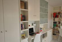 BUREAU SEJOUR PARIS 05 / Un ensemble combiné placard, bureau, bibliothèque avec vitrine opalin en blanc fondu ajusté sur mesure.