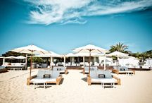Chiringuitos para relajarse en España / Para quienes no se conformen con la toalla en la playa.