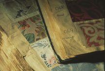 COLE & SON / Cole & Son tiene una historia fascinante. Hoy en día, el archivo de Cole & Son está formado por aproximadamente 1.800 diseños de bloques de impresión, 350 diseños de serigrafía y una gran cantidad de dibujos originales, que representan todos los estilos de los siglos 18, 19 y 20. Entre ellos se encuentran algunos de los diseños del papel pintado históricos más importantes del mundo.