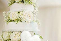 Hochzeitstorte mit weißen Rosen