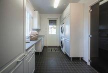 toive / KODINHOITOHUONE / Tuotevalikoimaamme kuuluvat kodin kiintokalusteet keittiöön sekä kylpy- ja kodinhoitohuoneeseen. Toimitamme myös laadukkaat säilytysjärjestelmät, wc-kalusteet ja kodinkoneet.