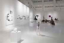 Fernando Sánchez Castillo / Exposición compuesta por pinturas y esculturas constructivistas desarrolladas con la ayuda de robots desactivadores de explosivos.