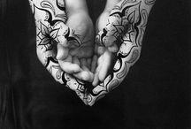 SHIRIN NESHAT / FOTÓGRAFA IRANÍ  Shirin Neshat evoca la separación tradicional entre ambos sexos con el lenguaje visual, rebelándose contra el conformismo y la soberanía del patriarcado, colocando a la mujer en primer plano como un velo, como un monumento. La utilización del blanco y el negro corresponde con su propia visión de las transformaciones que ha sufrido Irán hasta el momento actual en el que la heterogénea cultura persa se vuelve involuntariamente hacia la homogeneidad del extremo bicolor.