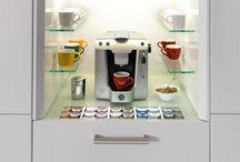 ewe Kaffeemodul / Für geschmackvolle Kaffeegenießer und noch mehr Freiraum: ausgestattet mit LED-Leuchten und ausziehbarem Glasfach, wird das funktionelle, nahtlos integrierte Kaffeemodul zum strahlenden Highlight in Ihrer Küche.