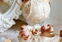 palle di natale in stoffa, gioielli e nastri