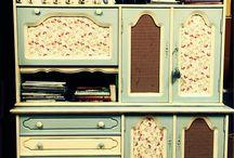 Mueble vintage / Antiguo mueble de roble adquirido en un rastro y posteriormente pintado en azul y beige viejo y forrado los plafones con telas. La madera se ha envejecido al óleo