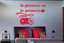 vinilos textos decorativos / Los vinilos con textos son una manera original y divertida de adornar las paredes con un toque muy personal