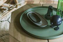 Der Hocker | Nachttisch / Unser Papphocker ist ein wahres Multitalent. Nicht nur, dass er auch als Nachttisch neben unserem Pappbett ein kleiner Augenschmeichler ist, in der Verwendung als Beistelltisch macht er ebenfalls eine richtig gute Figur. Zwei oder mehr Hocker lassen sich in vielen unterschiedlichen Varianten zusammenstellen und bieten so Platz für all das, was ihr in Griffnähe haben wollt.