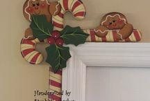 adorno navideño contra marco puerta