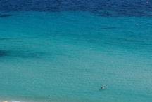 Kék Görögország / Blue Greece / Ha a világ számos pontján smaragzöldnek nevezik a szigeteket, akkor nem túlzás a hellének földjét Kék Görögországként emlegetni. Annál is inkább, mivel Görögország Kiklád szigetcsoportja méltán híres a kék-fehér színű házikóiról, a kék kupolás templomairól és nem utolsó sorban a kék minden árnyalatában pompázó tengerről. Aki tehát kék színekre és a tengerre vágyik, a kék Görögország nevet viselő gyűjteményünkben megtekintheti, a görögök festékpalettáját!