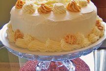 bolo de aniversário doce de keote e cremebde chantily e chocolate branco