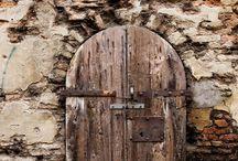 Doors and their hidden beauty / Dostrzeganie piękna w tym co codzienne. Drzwi, które ktoś może zatrzasnąć komuś przed nosem, zarówno otworzyć szeroko i powitać