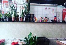 Comida Boa Muda Tudo Achados de SP que eu ❤. Em meio a plantas e mercadinho está o restaurante de um prato só.  SP é uma cidade incrível.  #comidaboamudatudo  #yakissoba