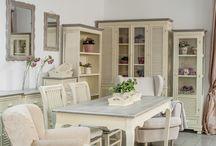 Kolekcja Pesaro / PESARO to piękne meble w stylu prowansalskim. Szaro brązowe blaty z charakterystyczną białą strukturą  doskonale komponują się z korpusami w kolorze kremowym z przetarciami w stylu shabby chic.