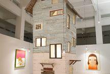 """Yohitomo Nara + Graf / El artista japonés Yoshitomo Nara junto con graf han diseñado específicamente para el CAC Málaga, """"Torre de Málaga"""" una instalación que muestra las obras del artista en una caseta de dibujos."""