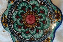 Sottocaffettiera in ceramica dipinta a mano.Decoro Geo / Floris
