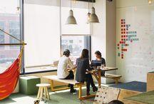 Inspirations pour aménager et décorer son espace de travail / Vous passez un grand nombre d'heures sur votre lieu de travail. Il est donc primordial que celui-ci soit agréable à vivre au quotidien. Laissez-vous tentez par une belle décoration et des solutions acoustiques qui limiteront l'impact sonore.