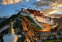 Tibet központja: Lhásza / Lhásza az egyik legfontosabb város Tibetben és az egyik legmagasabban, mintegy 3500 méter magasan fekvő helység a világon. Annak ellenére, hogy a város a Kínai Népköztársaság fennhatósága alá került, megőrizte a kulturális örökségét.